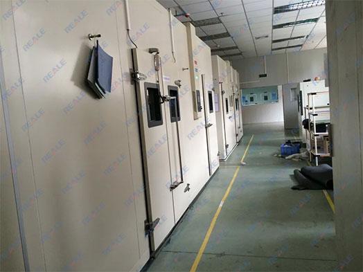 步入式恒温恒湿室产品用途: RHPW系列恒温恒湿室为业界大型零件、半成品、成品的温湿度环境测试,如:计算机终端机、汽车零部件。恒温恒湿室主要由控制面板、配电盘、保湿库板、送风机、加热器、加湿器、冷冻机组合而成。 步入式恒温恒湿室概述: RHPW系列恒温恒湿室根据用户要求并参照JB/T4283-91;GB/T14294-93设计、制造。主要用于制造和维持温度与湿度恒定的空间,该恒温恒湿装置的制冷、加热、除湿、加湿、补充加湿水等完全自动控制,该设备可以附加(选配)换气功能,可以在内部有不良挥发气体时允许人员